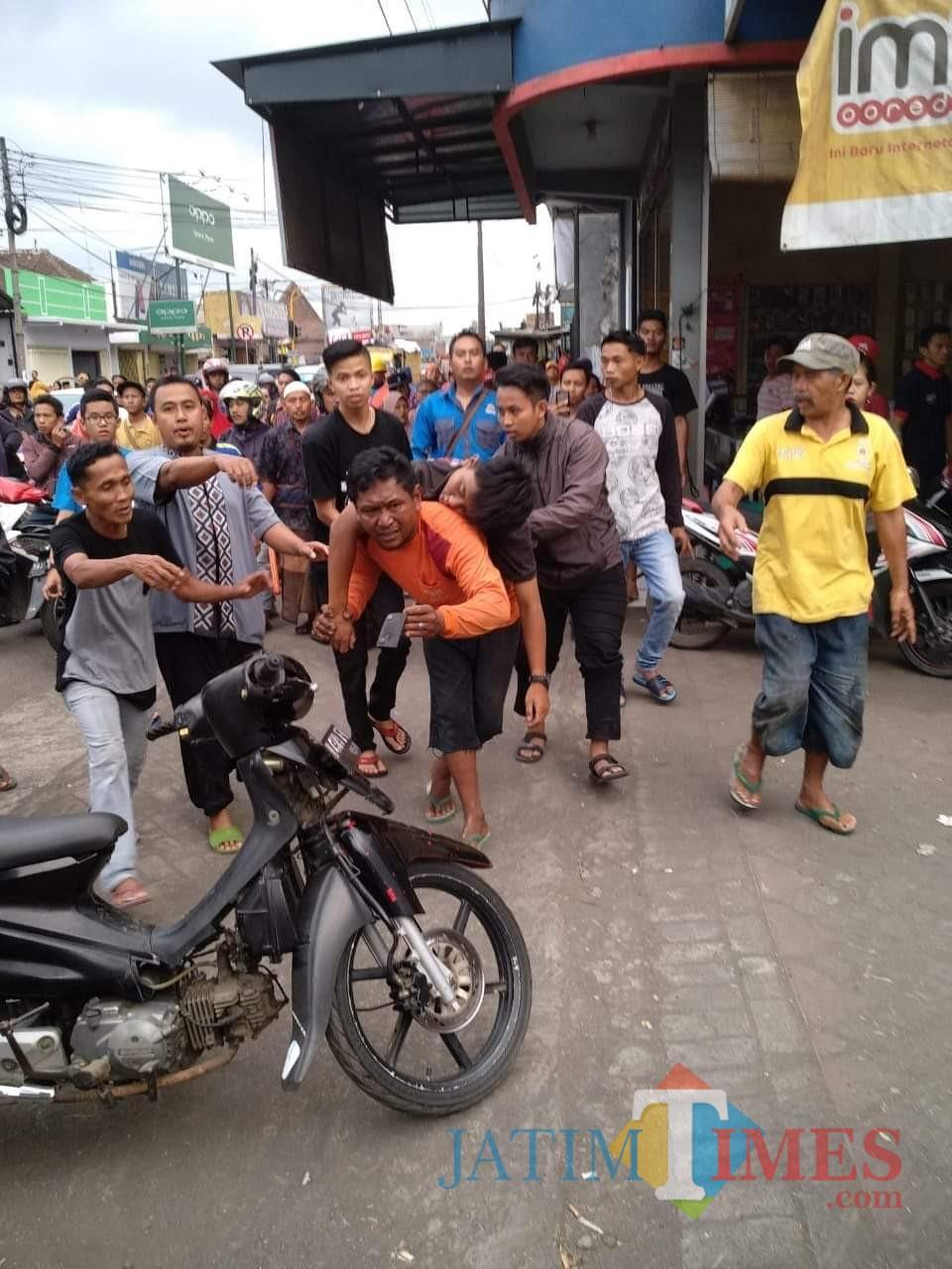 Warga yang berupaya mengevakuasi Ahmad Arik Zakaria korban yang diduga meninggal karena tersengat listrik, Kecamatan Gondanglegi (Foto : Istimewa)