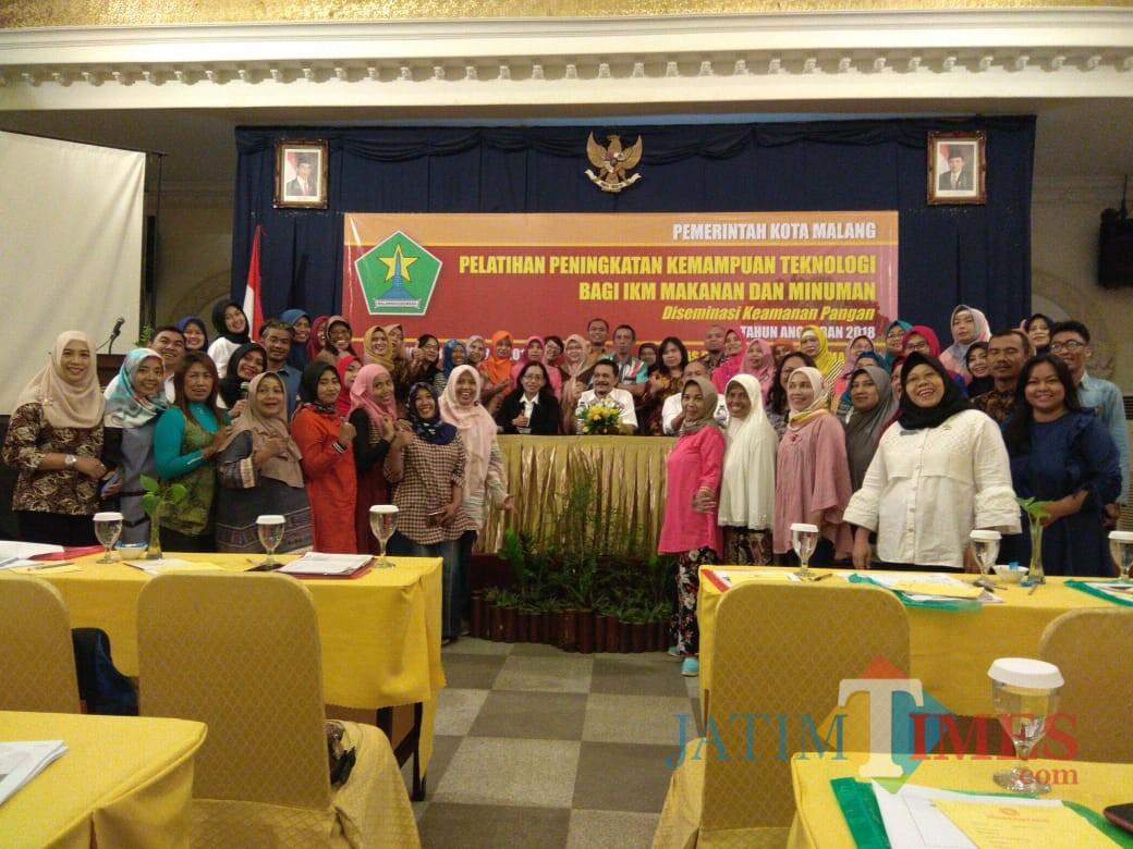 Foto bersama Disperin dengan peserta IKM di Hotel Grand Palace.(Hendra Saputra)