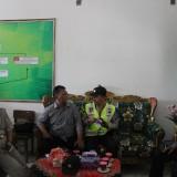 (kiri) Kepala SDN Losari 2, Ahmad Anas Saat Memberikan Keterangan Pada Pihak Kepolisian di Ruangan Kepala Sekolah. (istimewa)