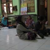 Holifah, ibu korban balita yang diserang kera menunggu anaknnya dioperasi di RSUD dr M Saleh  (Agus Salam/Jatim TIMES)