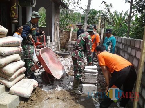 Gotong royong warga Ngrendeng dan TNI bangun mushola.(Foto : Team BlitarTIMES)