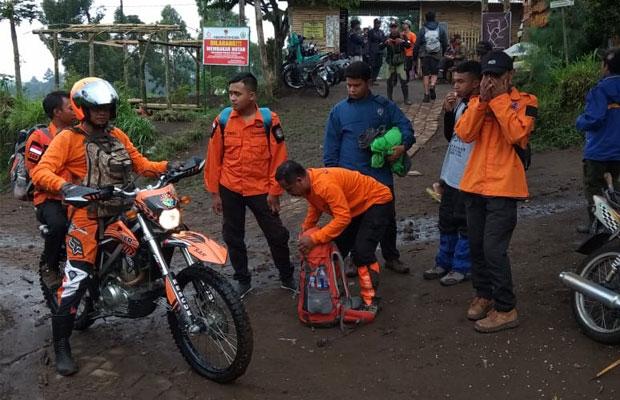 Para petugas BPBD Kota Batu dibantu tim SAR dan relawan saat akan melacak keberadaan mahasiswa asal  Surabaya yang dikabarkan hilang kontak saat mendaki Gunung Butak. (Foto: BPBD Kota Batu for MalangTIMES)