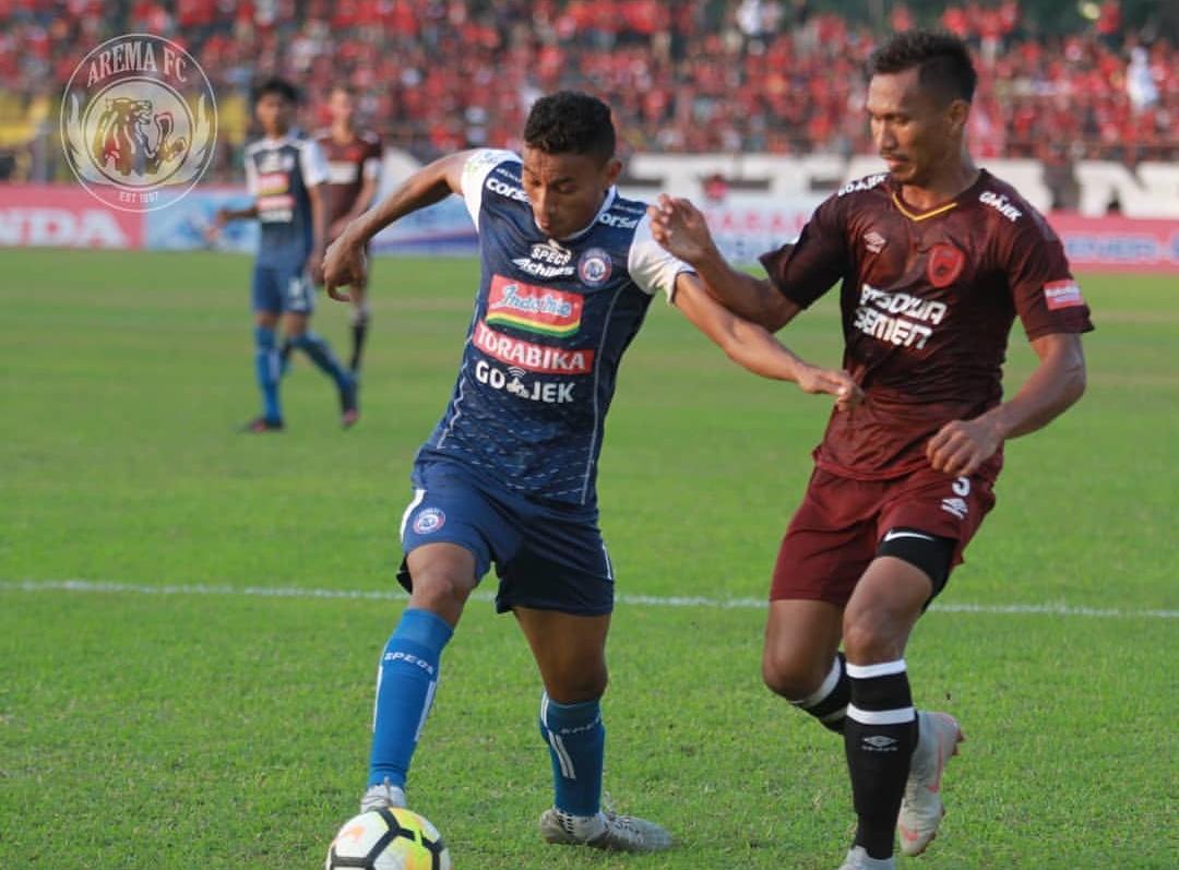 Rivaldi Bawuo (kiri) saat menguasai bola dalam kejaran pemain PSM Makassar, Zulkifli Syukur (official Arema FC)