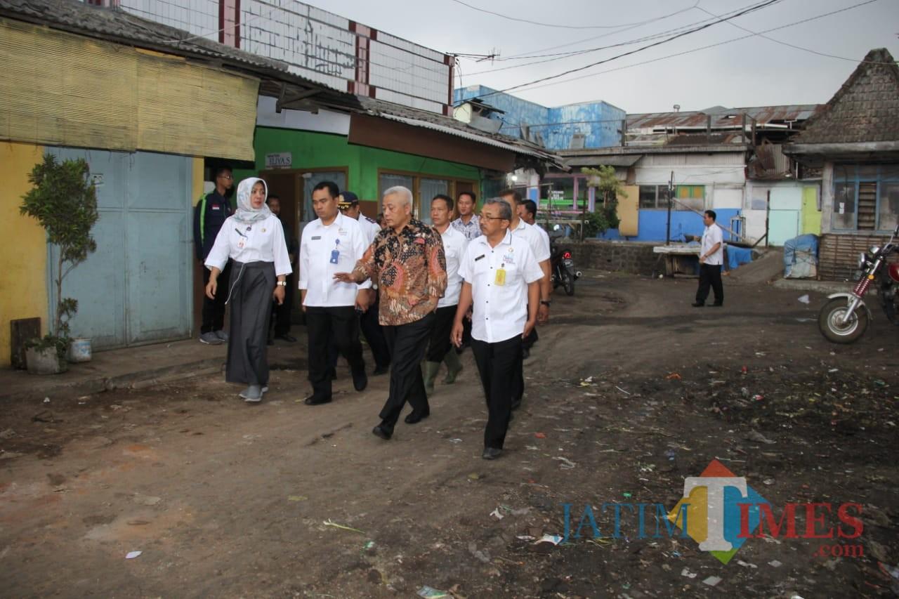 Wabup Malang HM. Sanusi (pakai batik) bersama Kadisperindag Kabupaten Malang Pantjaningsih Sri Rejeki (kiri depan) saat melakukan sidak di Pasar Singosari. (Humas for MalangTIMES)