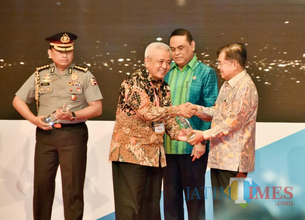 Wabup Malang HM Sanusi saat menerima piala Contra War sebagai Top 40 Pelayanan Publik kategori Terpuji,  Rabu (07/11/2018) di Jakarta (Humas for MalangTIMES)