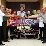 Wali kota Kediri saat menerima bantuan untuk korban bencana Palu. (ist)