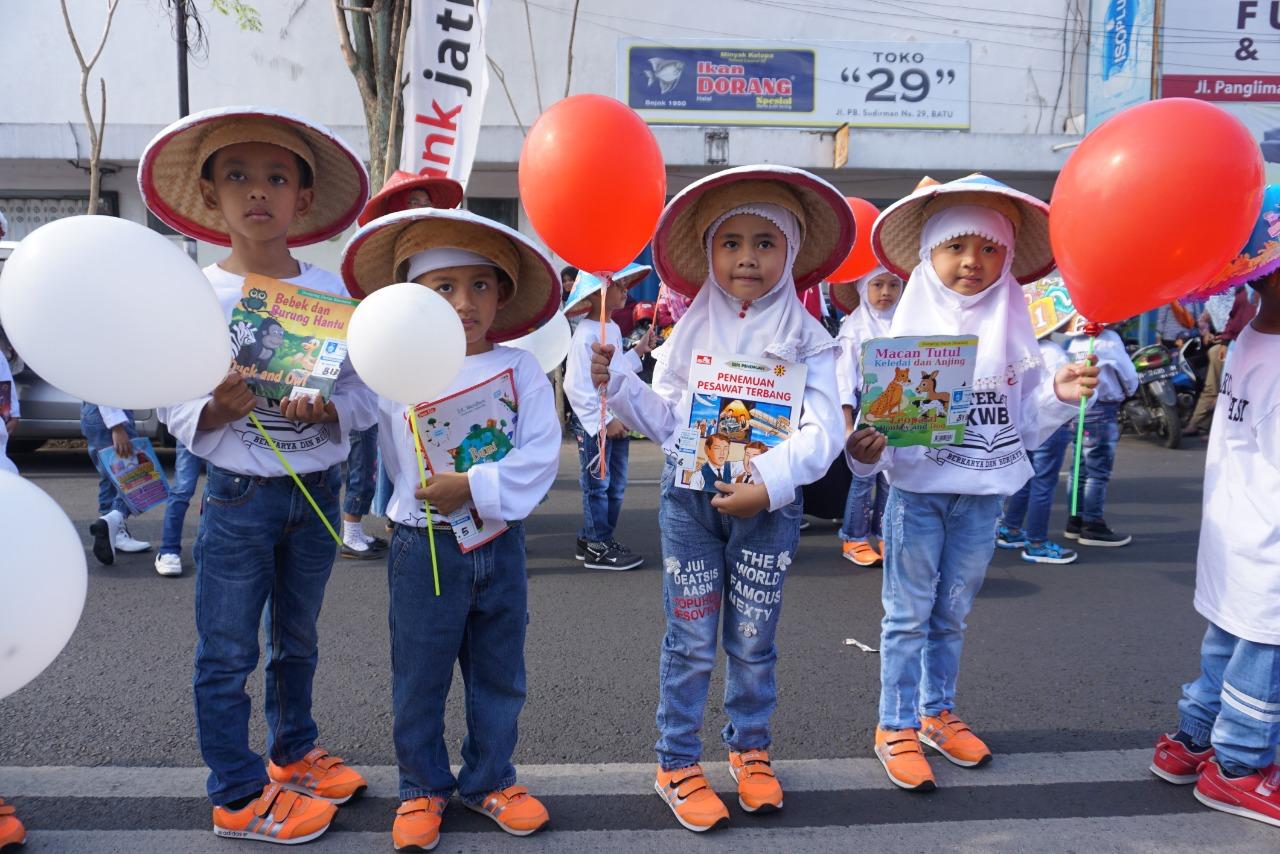 Ribuan pelajar meramaikan Gebyar Literasi Kota Batu di Balai Kota Among Tani, Kamis (8/11/2018). (Foto: Irsya Richa/MalangTIMES)