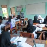 Siswa Kelas IV SDN Pandanwangi saat proses belajar mengajar di kelas dengan menggunakan bahasa Jawa. (Foto : Adi Rosul / JombangTIMES)