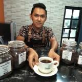 Ilustrasi, pekerja cafe di Kabupaten Malang mendapatkan UMK dengan nominal lebih tinggi dibanding UMK Kota Malang. (Foto: Nurlayla Ratri/MalangTIMES)