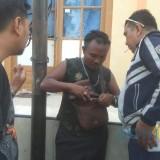 Agus setelah seragam dinasnya dicopot petugas Dishub Kota Prtobolinggo  (Agus Salam/JatimTIMES)