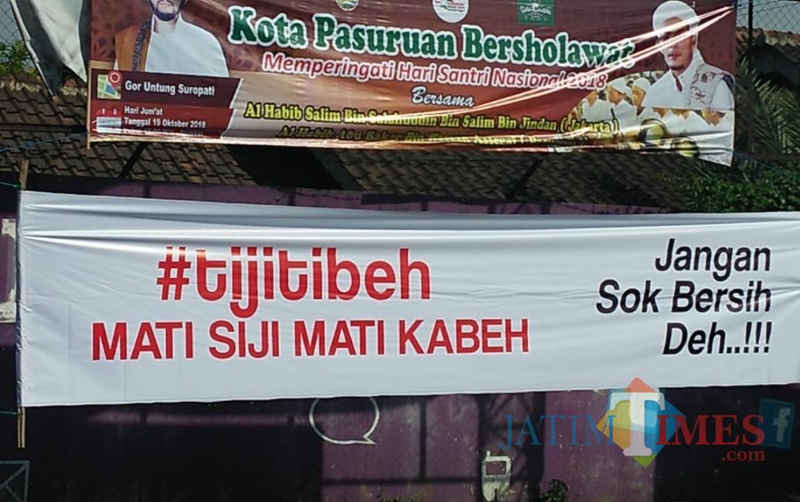 Banner liar yang berisi peringatan kepada pelaku korupsi.