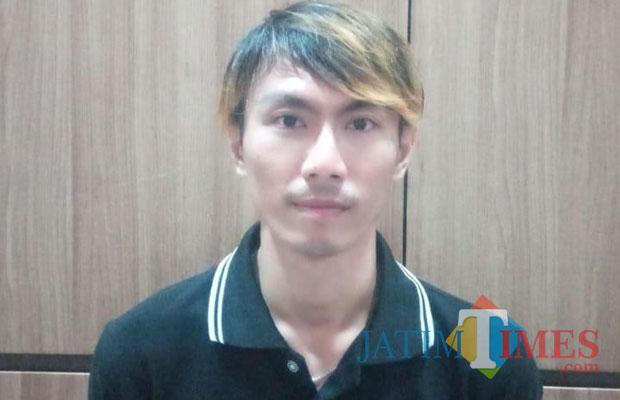 Tersangka Hendrik Sugiyanto saat diamankan polisi (Foto : M Bahrul Marzuki/SurabayaTIMES)