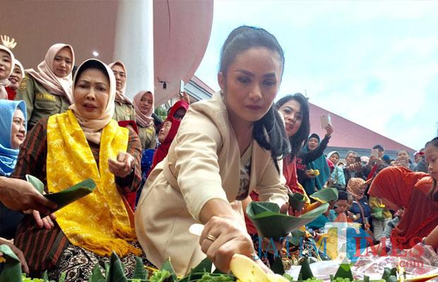 KD saat mengambil sego empog di�Festival Sego Empog yang berlangsung Balai Kota Among Tani, Kamis (8/11/2018). (Foto: Irsya Richa/MalangTIMES)