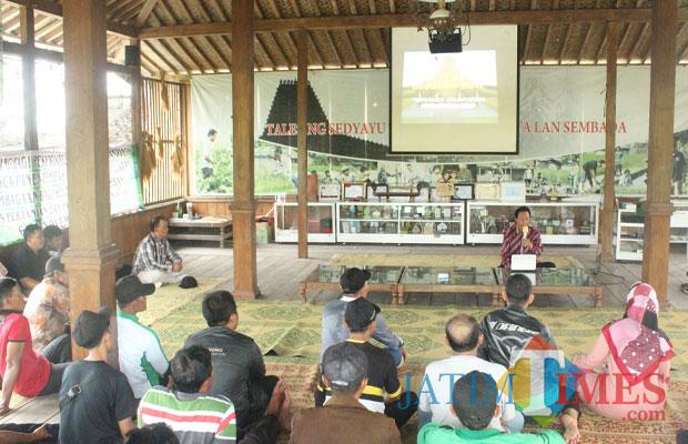 Pengelola Joglo Tani To Suprapto memberikan paparan kepada petani Kab Blitar.(Foto : Aunur Rofiq/BlitarTIMES)