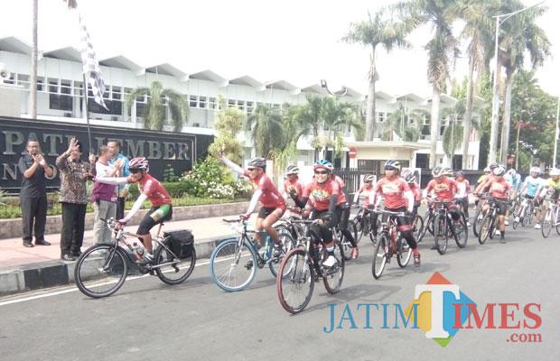 Wakil Bupati Jember Drs KH Abdul Muqiet Arif saat melepas peserta SJN. (foto : Moh. Ali Makrus / Jatim TIMES)