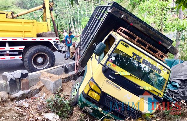 Kondisi truk saat terguling di Jurang Susu Dusun Durek Desa Giripurno Kecamatan Bumiaji, Kamis (8/11/2018). (Foto: Irsya Richa/MalangTIMES)