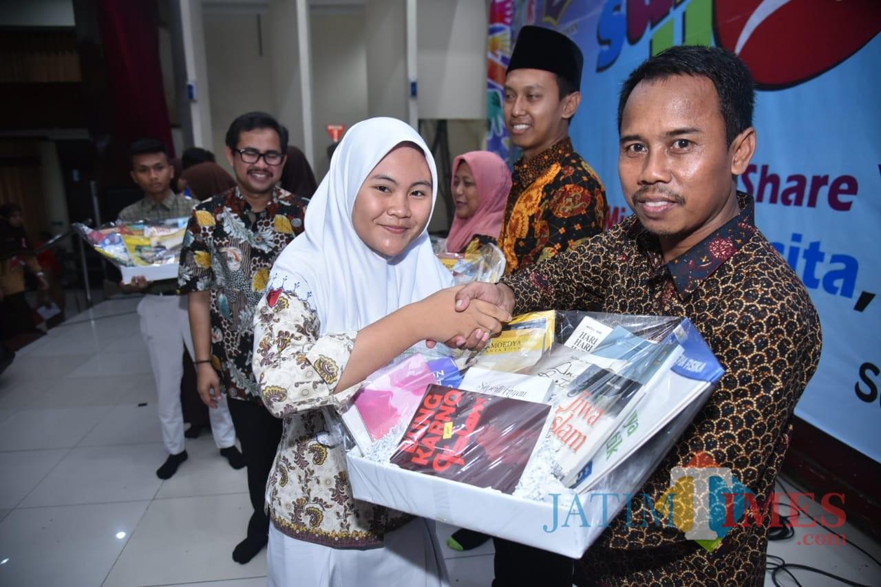 Para pelajar Surabaya saat mendonasikan buku