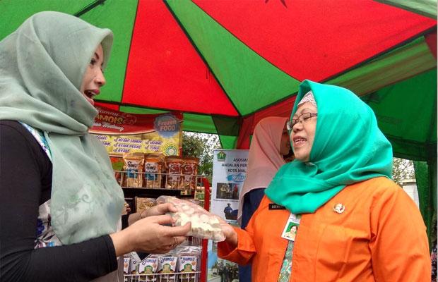 Salah satu pelaku industri makanan di Kota Malang menunjukkan produknya dalam pelatihan IKM di Hotel Grand Palace, Rabu (7/11/2018).