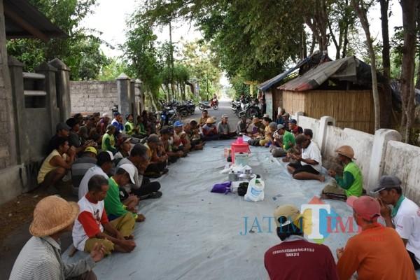 Puluhan petani di Desa Paron menggelar doa bersama. (ist)