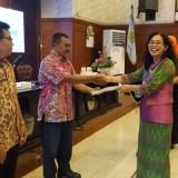 Pegawai DPUPR Kota Malang Sugeng Mulyo (tengah) ketika menerima penghargaan dari Diskominfo Kota Malang.