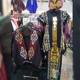 Busana kain tenun Evelyn di pameran batik MOG (Foto: Imarotul Izzah/Malang Times)