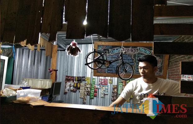 Ilustrasi, pekerja di salah satu kafe di Kota Malang yang berhak mendapatkan gaji sesuai UMK setempat. (Foto: Nurlayla Ratri/MalangTIMES)