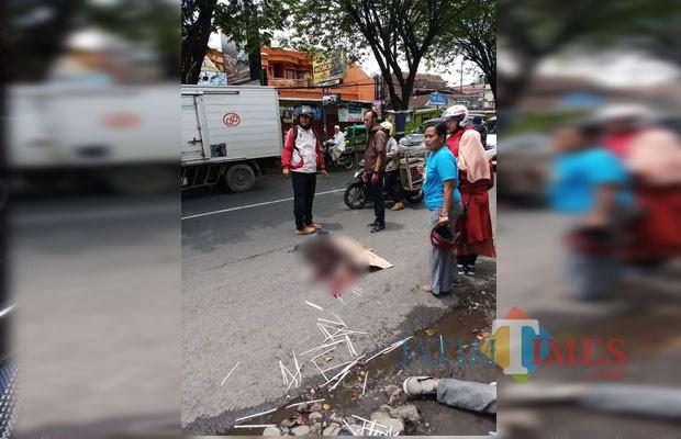 Maya Theresia korban kecelakaan yang meregang nyawa dilokasi kejadian, setelah sepeda motor yang ditumpanginya menyerempet truk gandeng, Kecamatan Singosari (Foto : Koramil Singosari for MalangTIMES)