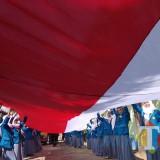Ilustrasi, sejumlah siswa di Kota Malang melakukan pembentangan bendera raksasa pada 17 Agustus 2018 lalu. (Foto: Nurlayla Ratri/MalangTIMES)