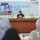 Ketua Dewan Kerajinan Daerah Ferry Silviana Abu Bakar (kanan)  membuka workshop shibori. (ist)