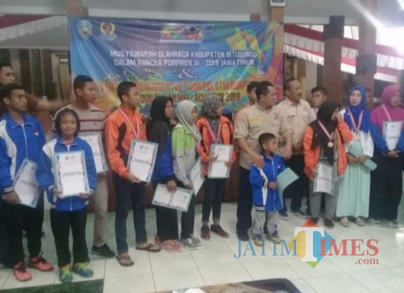 Para atlet berprestasi saat menerima penghargaan dari Bupati Situbondo (Foto Heru Hartanto / SitubondoTIMES)