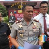 Kapolres Malang AKBP Yade Setiawan Ujung (tengah) saat diwawancarai wartawan. (Foto : Dokumen MalangTIMES)