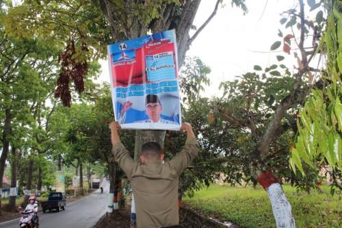 Tim Bawaslu saat mencopot APK di beberapa titik jalan di Kota Batu, Jumat (9/11/2018). (Foto: istimewa)