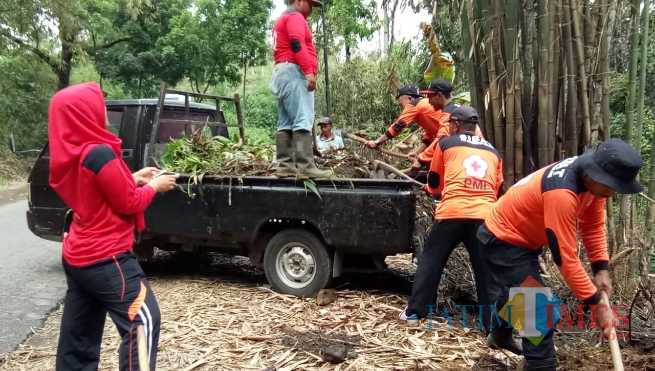 Warga Desa Sidodadi saat berupaya membersihkan sampah dan luberan lumpur serta material karena banjir, Kecamatan Lawang (Foto : Istimewa)