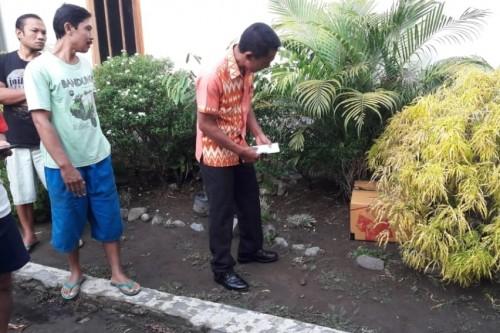 Warga Sambirejo dan warga setempat ketika menemukan bayi yang dibuang di dalam Kardus. Foto: (Ist)