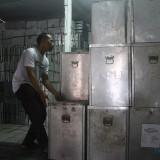Petugas KPU Kota Malang tengah memindahkan kotak suara bekas berbahan alumunium untuk dibongkar sebelum dilelang. (Foto: Nurlayla Ratri/MalangTIMES)