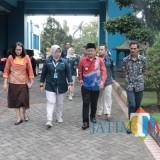 Wali Kota Malang Sutiaji (kopiah hitam) didampingi jajaran PDAM Kota Malang saat melakukan tinjauan lapangan. (Foto: Humas Pemkot Malang for MalangTIMES)
