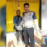 Sugeng Prayitno pelaku jambret ketika diamankan petugas kepolisian dari kerumunan massa setelah tertangkap mencuri tas milik warga, Kecamatan Pakisaji (Foto : Satlantas Polres Malang for MalangTIMES)