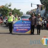 Anggota polisi Satlantas Polres Malang saat menghentikan laju kendaraan ketika mengheningkan cipta kepada para pengguna jalan di simpang empat Kepanjen, Kabupaten Malang (Foto : Satlantas Polres Malang for MalangTIMES)