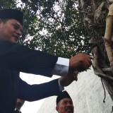 Walikota Kediri Abdullah Abu Bakar membuka Baksos dengan mencabut paku di pohon