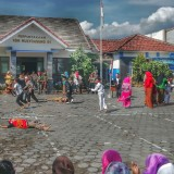Heroik : Siswa SD N 1 Mulyoagung, Dau, Kabupaten Malang, menggelar aksi drama teatrikal memperingati hari pahlawan, Sabtu (10/11/2018)