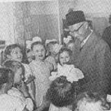 KH. Masjkur semasa hidup saat bercengkrama dengan anak-anak (koleksi penelitian dan gelar pahlawan KH. Masjkur)