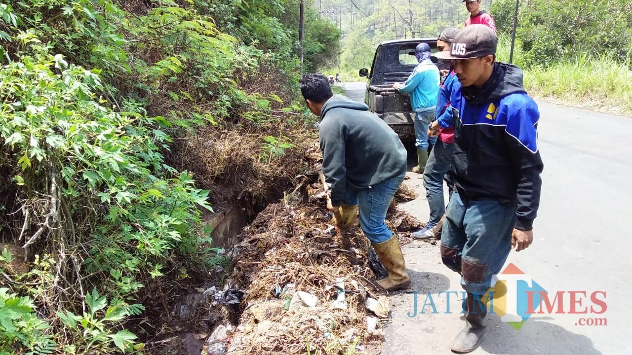 Petugas saat membersihkan drainase di area Klemuk Kelurahan Songgokerto Kecamatan Batu. (Foto: istimewa)