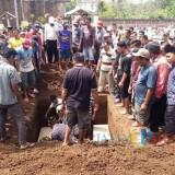 Ratusan warga mengantar dua jenazah dan dijadikan dalam satu Liang Lahat / Foto : Yohan Antoni / Tulungagung TIMES