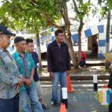 Salah satu petugas Satlantas Polres Malang saat mengarahkan peserta ujian Surat Izin Mengemudi (SIM) dengan mengenakan atribut pakaian adat, guna memperingati hari pahlawan, Kabupaten Malang (Foto : Humas Polres Malang for MalangTIMES)