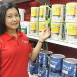 "Karyawan Graha Bangunan menunjukkan produk promo ""November Hot Sale"".(Foto : Aunur Rofiq/BlitarTIMES)"