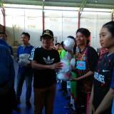 Sutiaji (topi hitam) didampingi Haris Thofly (kemeja biru) saat memberikan bola kepada tim peserta Piala Haris Thofly 2018 (Hendra Saputra)