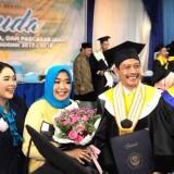 Dua dari kanan. Kadis PKPCK Kabupaten Malang Wahyu Hidayat beserta istri dan diapit dua duta sanitasi saat diwisuda di Unmer Malang (Ist)