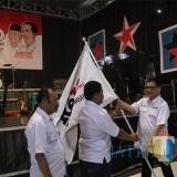 (dua dari kanan) Ketua DPW Rejo Jatim, Kelana Aprilianto Memberikan Bendera Panji Rejo Kepada Ketua DPC Rejo Kabupaten Jombang, H Abdul Khodir Sebagai Simbol Deklarasi. (Foto : Adi Rosul / JombangTIMES)