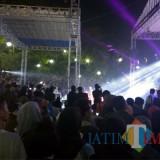 Kerumunan warga yang sedang melihat pertunjukan dari Disperin Kota Malang (Hendra Saputra)