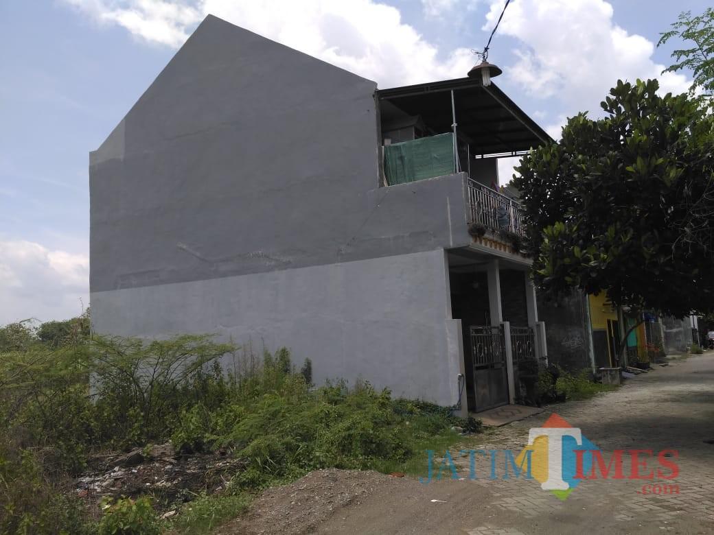 Rumah Anto Wiryo Di Perum Citra Damai 2 Bangoan Tampak Tertutup Rapat / Foto : Anang Basso/Tulungagung TIMES)